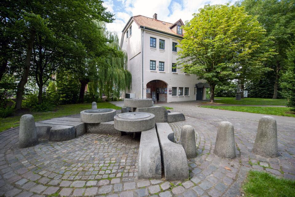 Manfred Sihle-Wissel: Mühlsteinbrunnen
